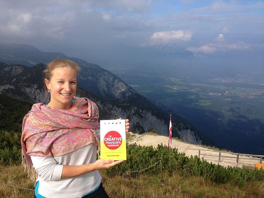 WEB_Elena mit Buch