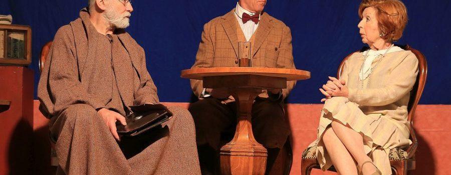 Theater Experiment: Heiter-philosophische Diskurse unter weiß-blauem Himmel